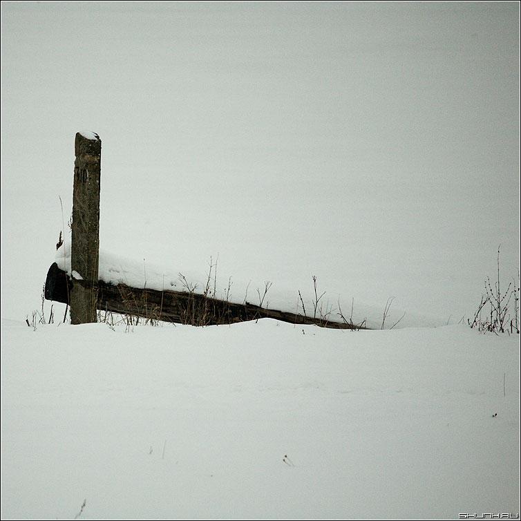 Про падение столба - столб снег зима цвет квадрат деревня фото фотосайт