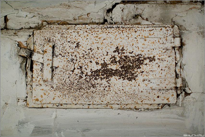 Заслонка - печка деревня белое ржавчина обои фото фотосайт