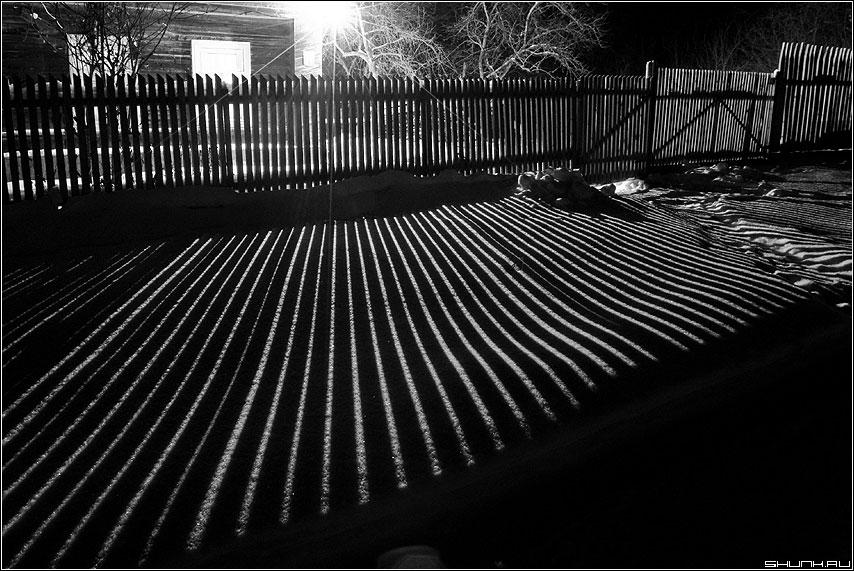 Полосатое - полоски свет забор лампа зима забор деревня фото фотосайт