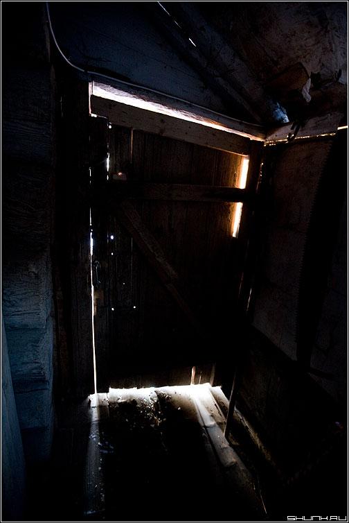Из избы - дверь свет зима рассвет изба деревня фото фотосайт