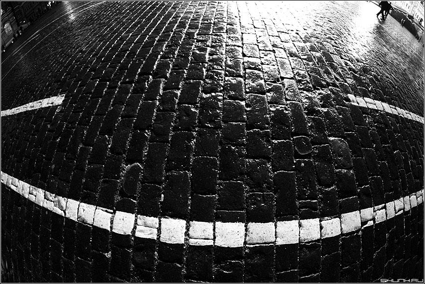 Улыбка на Красной Площади - брущадка площадь разметка чёрнобелое люди мгновение фото фотосайт