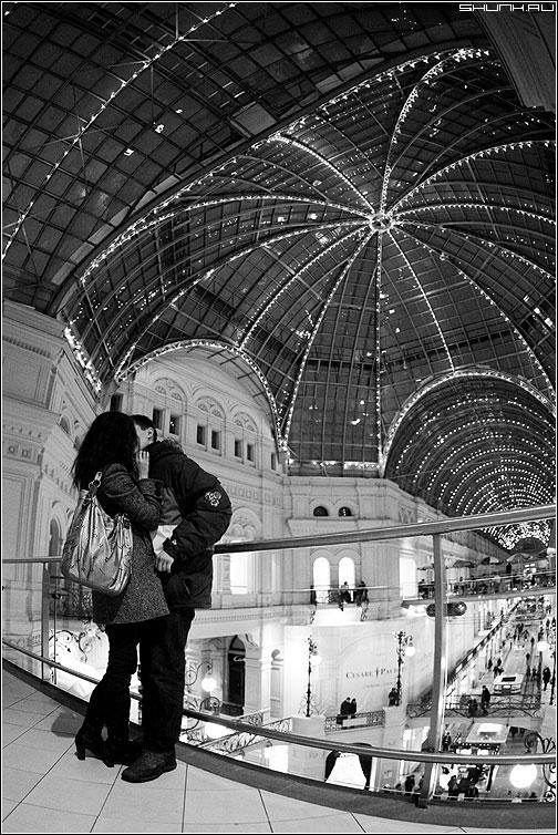 В искаженном пространстве - парочка гум чёрно-белые пространство огни вечер он она фишай фото фотосайт