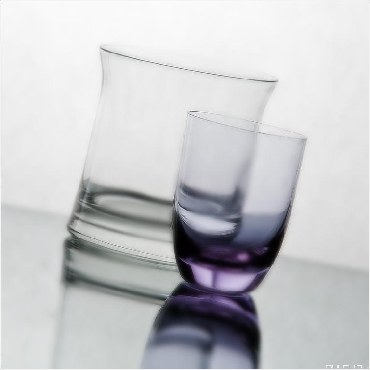 Стеклянное... - стакан рюмка квадрат наклон натюрморт фото фотосайт