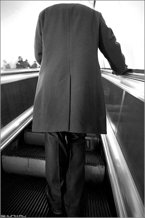 Пассажир без головы - метро эскалатор ступени человек пальто нуль ноль рука фото фотосайт