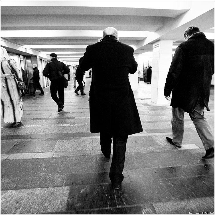 Только вперед... - квадрат переход человек пальто люди чёрно-белые фото фотосайт