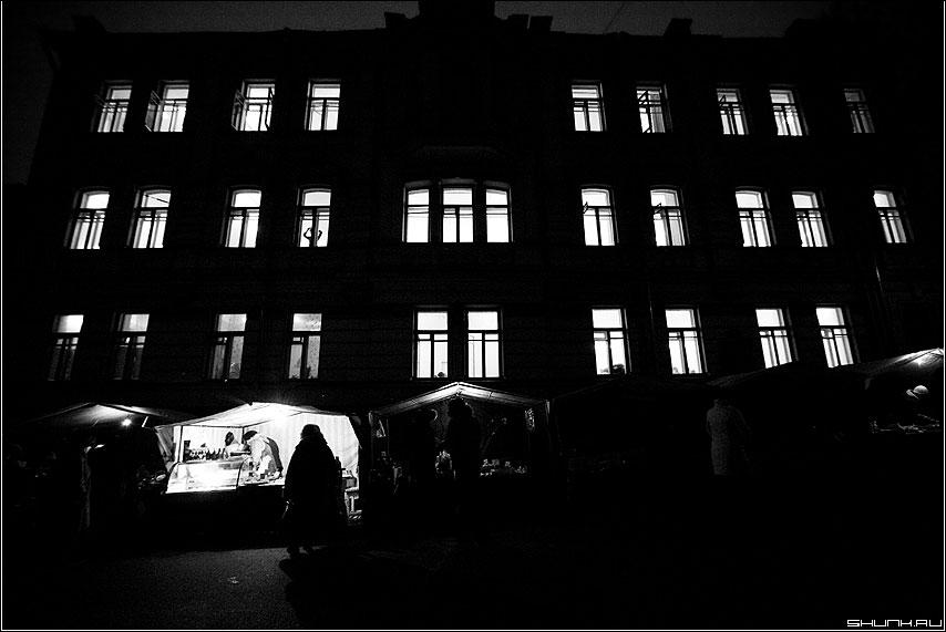 Одна в доме светлом - тени свет чёрно-белое окна палатка фото фотосайт