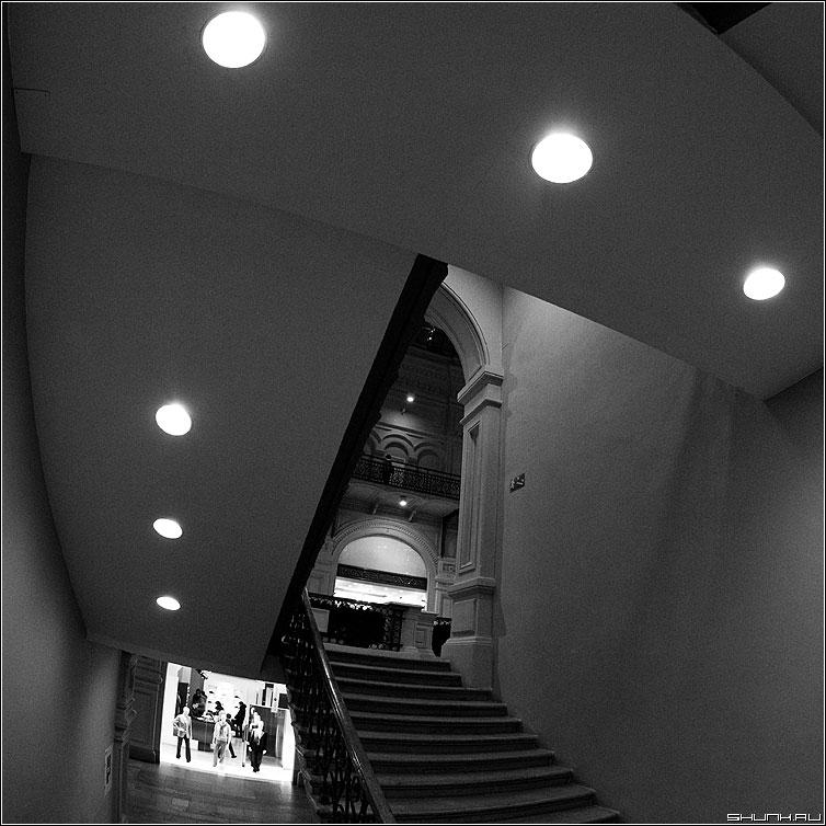 Геометрия пространства - гум чёрнобелое квадрат лампы фото фотосайт