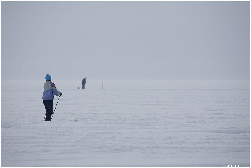 Зависть? - лед снег бабушка лыжница рыбак спорт ловля карелия фото фотосайт