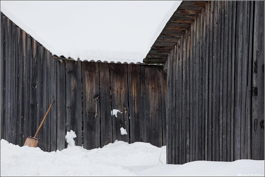 Сарайное настроение 2 - сараи лопата зима снег деревня фото фотосайт