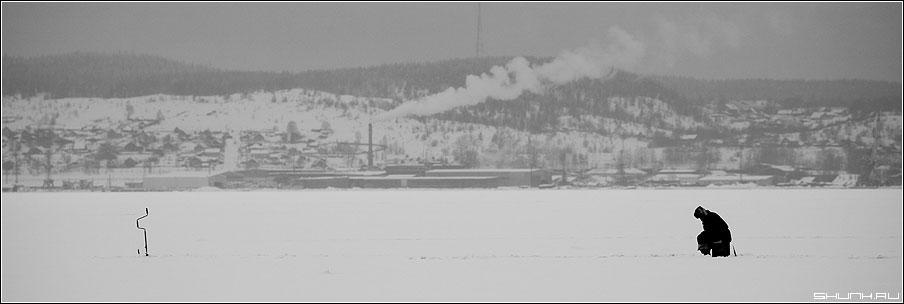 От лунки к лунке - рыбак озеро карелия зима снег 90x30 фото фотосайт