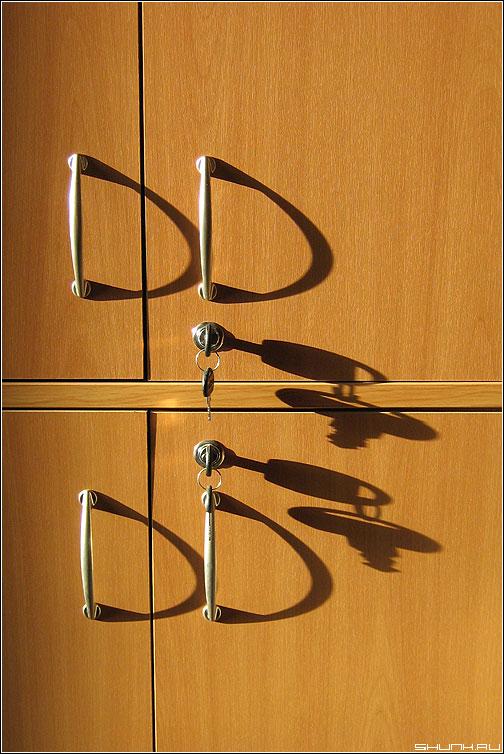Рисунки весеннего солнца - шкаф элементы ручки ключи тени лучи фото фотосайт