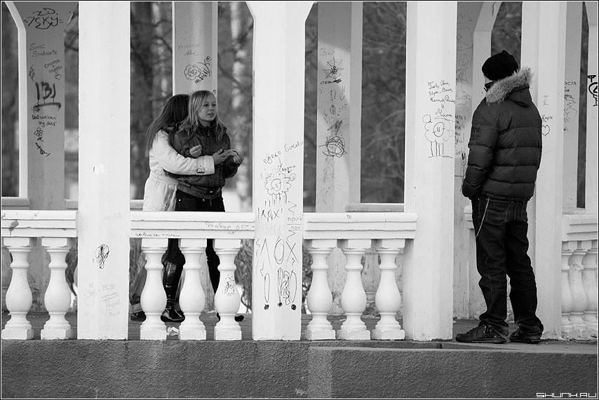 В ожидании чуда - парочка он девушки арка канделябры чёрнобелые фото фотосайт