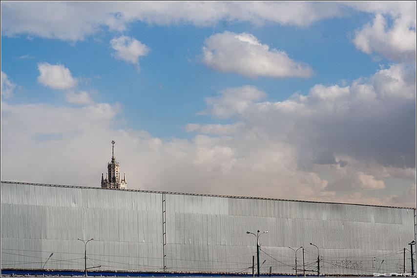 Железный занавес - пополам стена пик здание небо занавес фото фотосайт