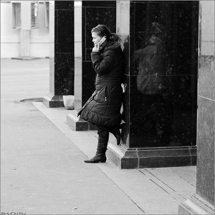 Звонок другу - площадь революции колонны метро девушка телефон звоним чёрно-белая квадрат фото фотосайт