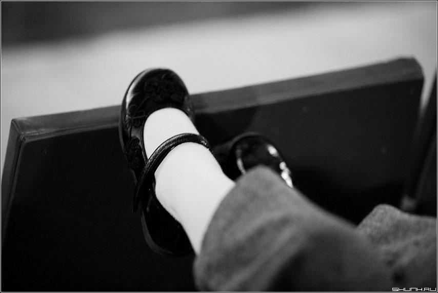Туфельки - туфельки ряд дети ноги чернобелые фото фотосайт