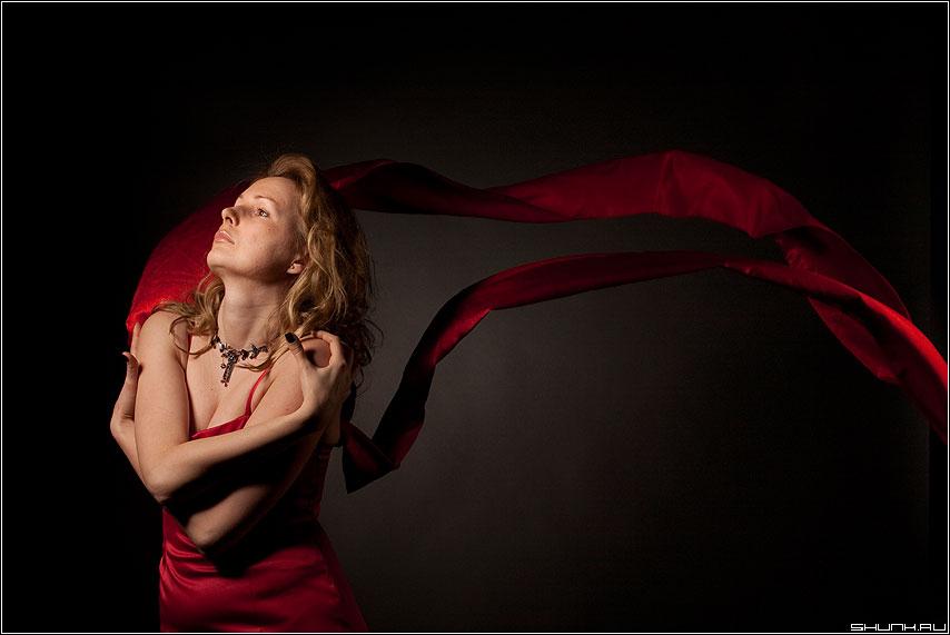 Багровые реки - платье ветер жест студия игра фото фотосайт