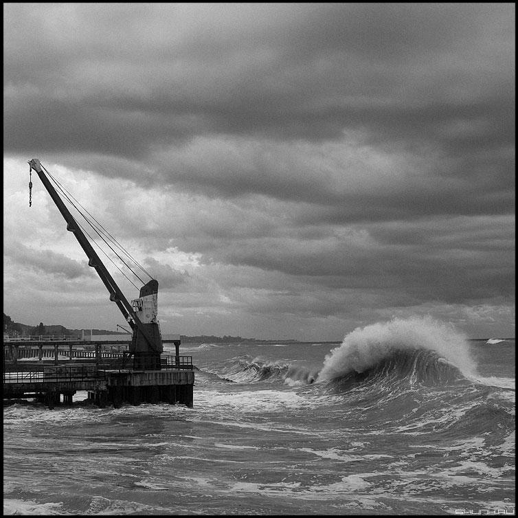 Подкралась - волна кран берег море чёрное чёрно-белая фото фотосайт