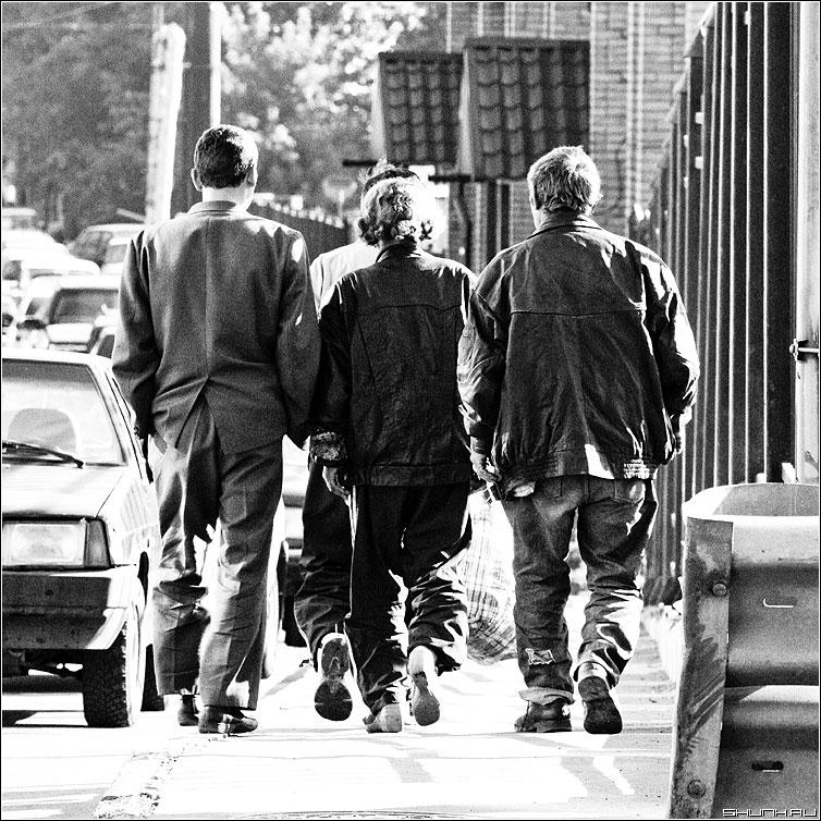 Вчетвером - квадрат чёрнобелые люди улица шаг фото фотосайт