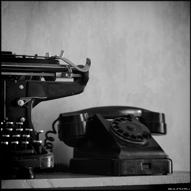 Позвони или напиши - телефон машинка печатная среднийформат чёрнобелые ретро фото фотосайт