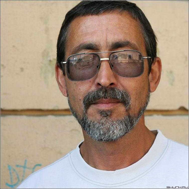 НИКОЛАИЧ - портрет квадрат среднийформат очки борода цвет фото фотосайт