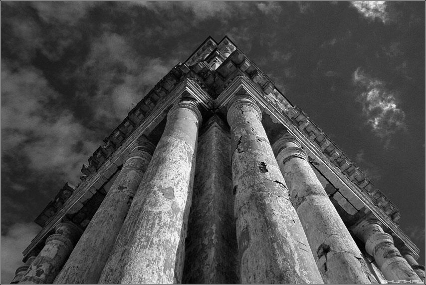 В небо - колонны храм верея небо чёрнобелое фото фотосайт