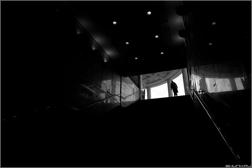 Теорема о замкнутости компакта в объемлющем хаусдорфовом пространстве - теорема геометрия пространтсво человек чёрно-белый вверх фото фотосайт