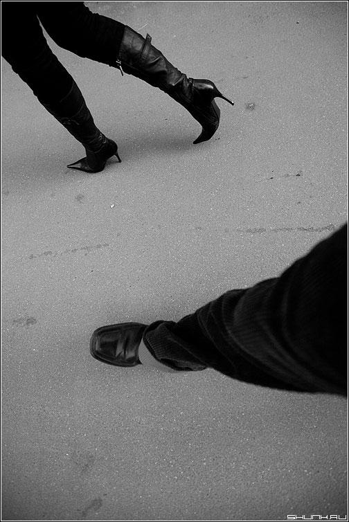 Первая теорема Гёделя о неполноте - теорема ноги каблуки асфальт чёрно-белые утро фото фотосайт