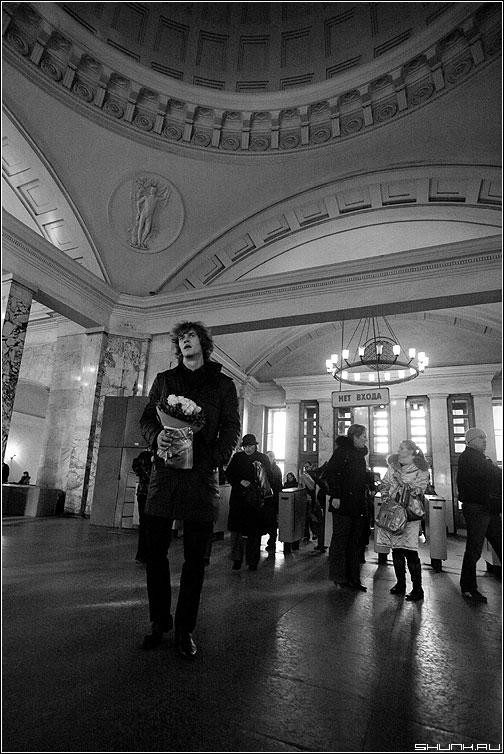 А ты опять сегодня не пришла - он парень ожидание метро чёрнобелый свод вход фото фотосайт