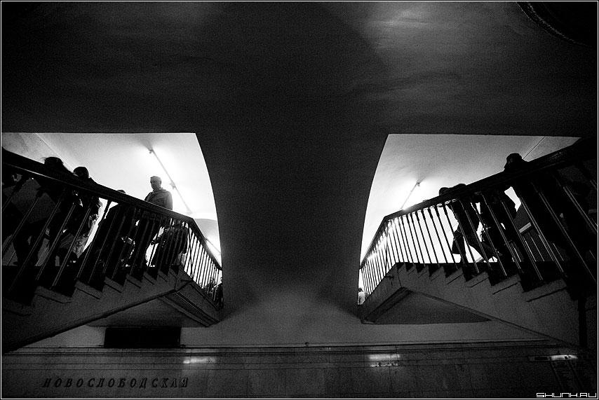 Разнонаправленные функции - теорема люди метро переход чёрно-белая фото фотосайт