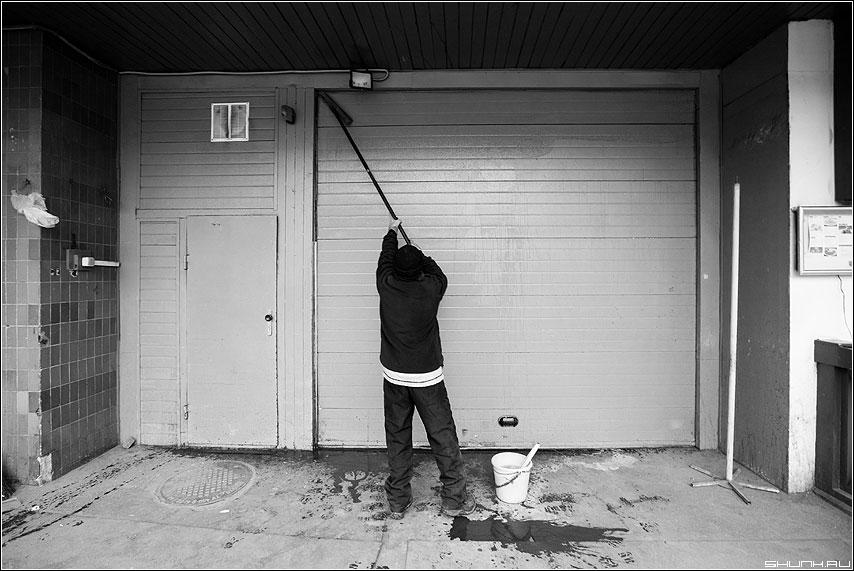 Без пяти - чел мойка дверь чёрнобелый ведро мытье фото фотосайт