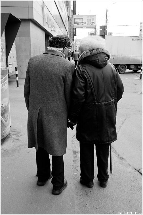 Вдвоем - он она пара пожилая старики улица фото фотосайт