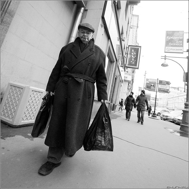 * * * - мужик квадрат чёрно-белый пакет улица фото фотосайт