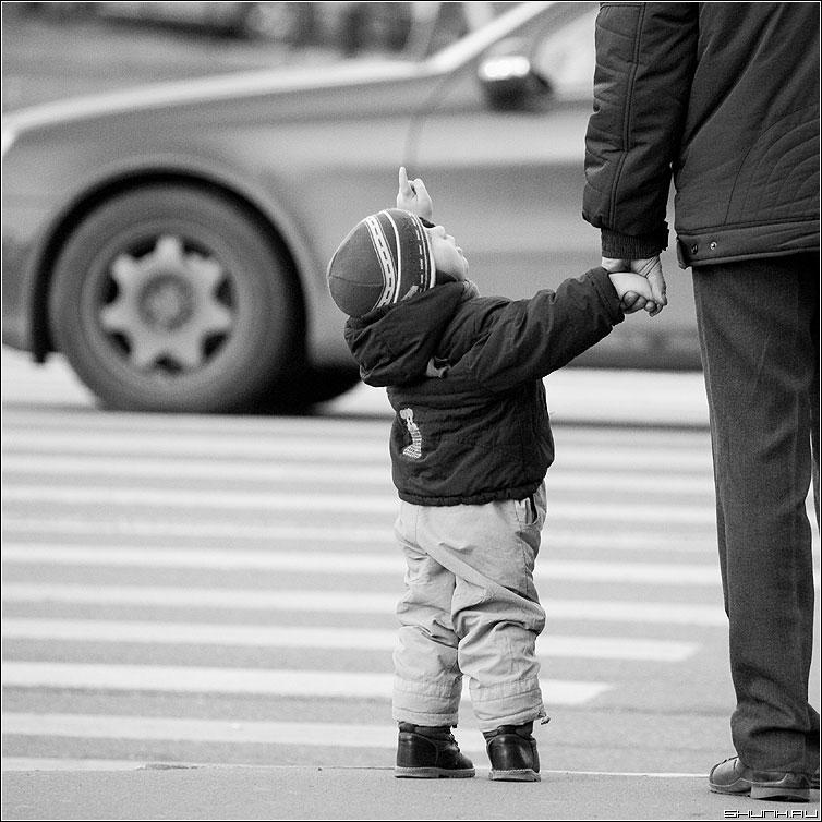 И спросила кроха... - ребенок квадратная переход папа заруку колесо чёрнобелая фото фотосайт
