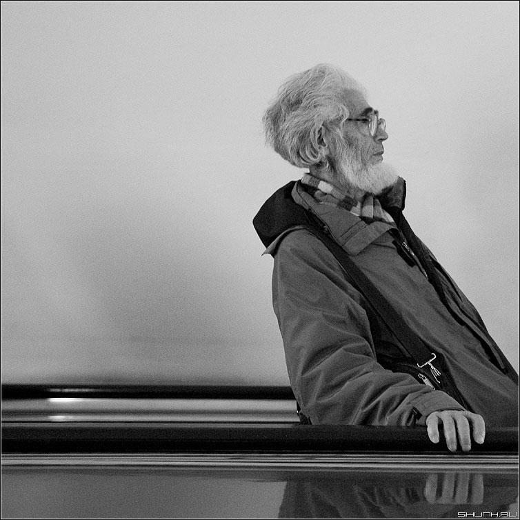 Вниз? - дедушка метро эскалатор борода портрет квадратная чёрнобелая фото фотосайт