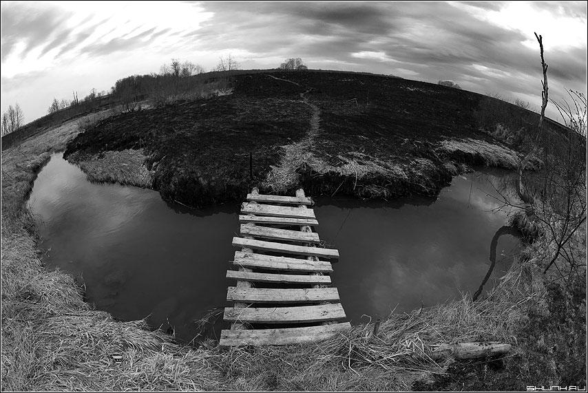 А Вы были по ту сторону омута? - чёрнобелая омут мостик деревня трава сожженая весна фото фотосайт
