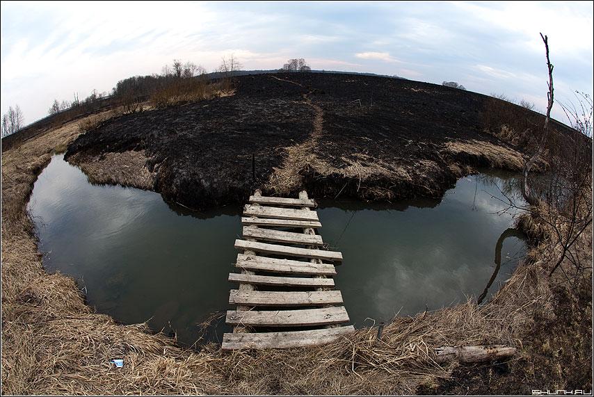 А Вы были по ту сторону омута? (вариант) - омут деревня мостик берег трава сожженая цвет фото фотосайт