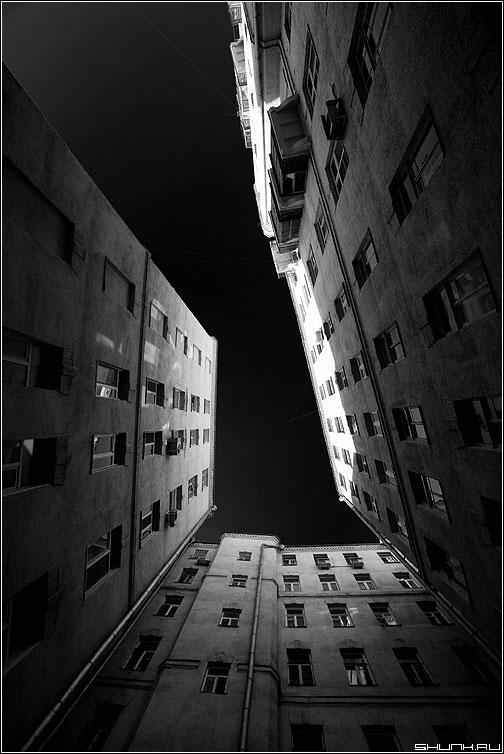 Черный предрассудок - здание небо черное окна архитектура эксперимент фото фотосайт