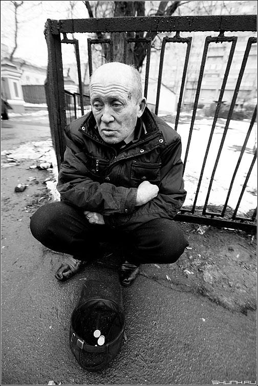 Кризисное... - бомж мужик милостыня чёрнобелый кепка забор фото фотосайт