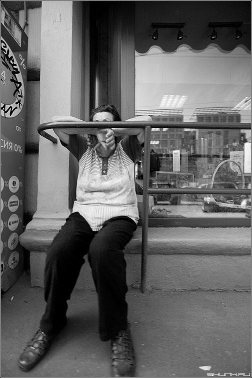 Без лица - бабушка витрина усталость чёрно-белая фото фотосайт