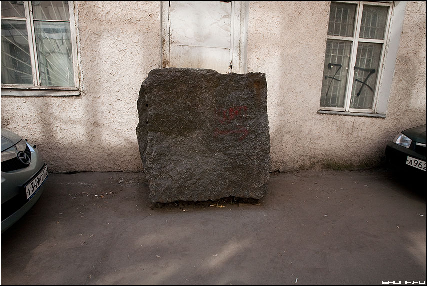 Черный квадрат - камень улица двор квадрат автомобили фото фотосайт