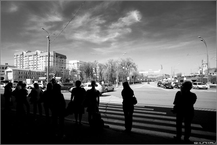 Темные люди - люди тень солнце ожидание чёрнобелые город улица фото фотосайт