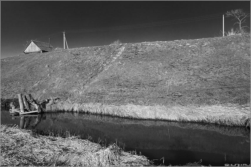 Берег ЧБ - чёрно-белый берег весна мостик погреб фото фотосайт