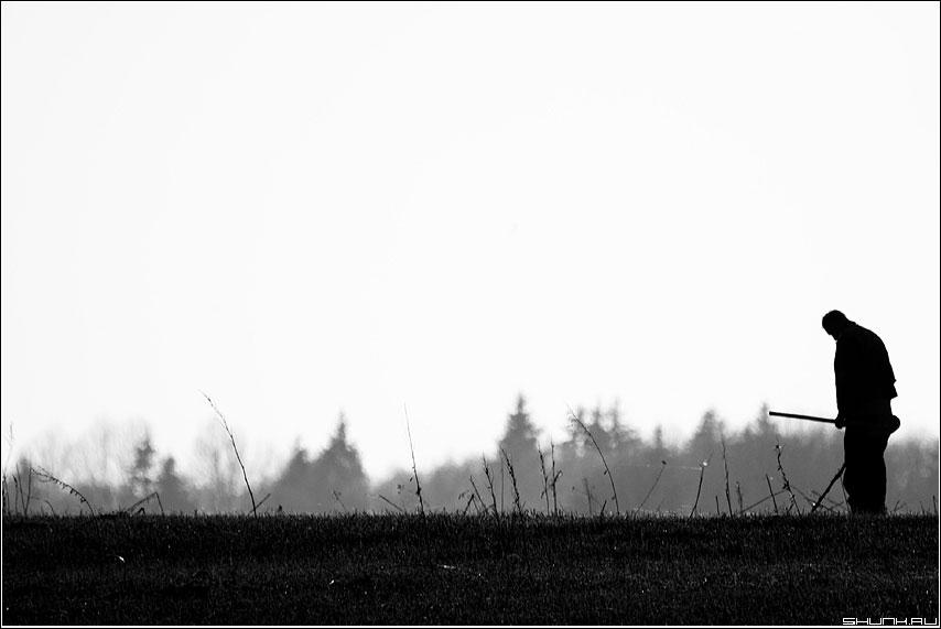 Здесь шли бои - металоискатель мужик поле лес чёрнобелый фото фотосайт