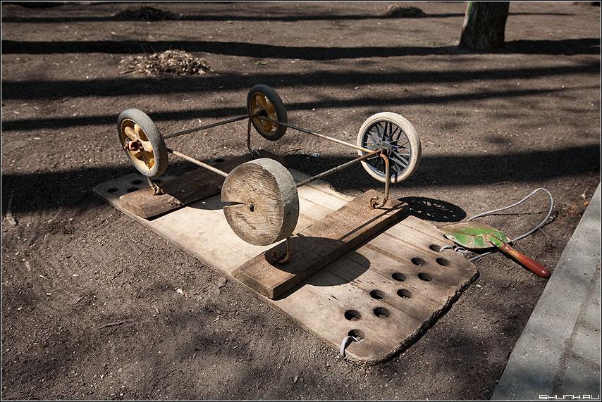Момент изобретения колеса человеком - колесо тележка дерево двор фото фотосайт