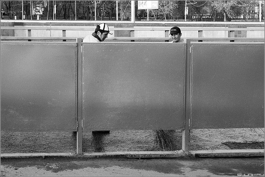 Щитовое... - два дворники улица чёрнобелые таджики фото фотосайт