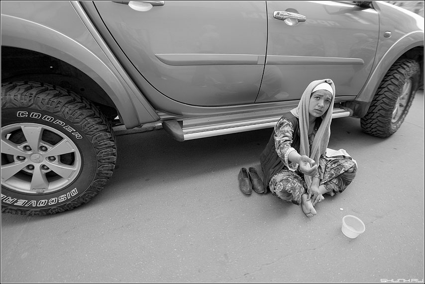 За помощью... - бевушка рука протянтая улица машина колеса контраст серое фото фотосайт