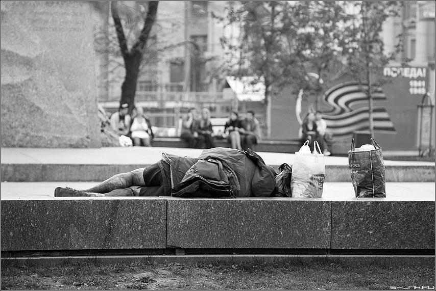 Сон на виду - бомж улица площадь маркс чёрнобелые фото фотосайт