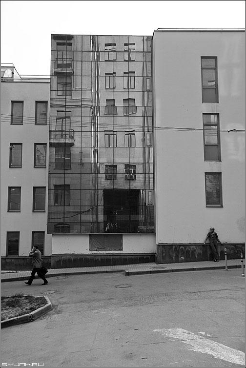 Предрассудок отражения - отражение здание окна зеркальное чёрнобелые фото фотосайт