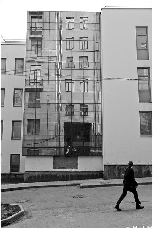 Предрассудок отражения (вариант) - отражение человек здание чёрнобелые фото фотосайт