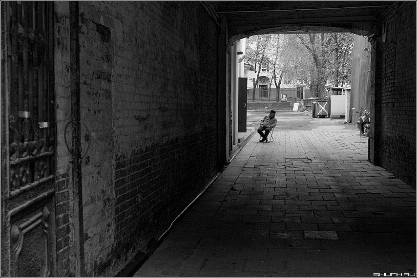 Арочного типа - арка чёрнобелые мужик улица разное фото фотосайт